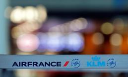 Air France-KLM est à suivre à la Bourse de Paris. La grève des pilotes de la compagnie aérienne, qui entre dans sa quatrième journée, est toujours aussi suivie, avec seulement 42% de vols qui devraient assurés ce jeudi. /Photo prise le 16 septembre 2014/REUTERS/Jean-Paul Pélissier
