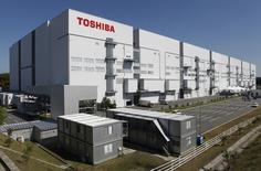 Le groupe japonais Toshiba annonce jeudi 900 suppressions de postes dans le cadre d'une restructuration de son activité de PC qui entraînera la fermeture de ses opérations dans certains régions. /Photo prise le 9 septembre 2014/REUTERS/Reiji Murai