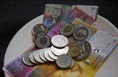 La Banque nationale suisse (BNS) a laissé jeudi sa politique monétaire inchangée tout en réaffirmant sa détermination à prendre des mesures supplémentaires en cas de besoin, notamment pour freiner l'appréciation du franc. /Photo d'archives/REUTERS/Michael Buholzer