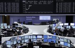Les principales Bourses européennes étaient orientées à la hausse vers la mi-séance, les investisseurs préférant retenir les nouvelles jugées rassurantes venues de la Réserve fédérale aux inquiétudes sur l'issue du référendum sur l'avenir de l'Ecosse. Le CAC 40 prenait 0,64% vers 10h45 GMT, le Dax avançait de 0,96% et le FTSE gagnait 0,48%. /Photo prise le 18 septembre, 2014/REUTERS