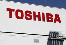 El logo de Toshiba en su fábrica en Yokkaichi. Imagen de archivo, 10 septiembre, 2014. La japonesa Toshiba Corp dijo que recortará 900 empleados en una reestructuración de su negocio de computadores personales, que incluirá una salida de operaciones de empresas destinadas al consumidor en algunas regiones. REUTERS/Reiji Murai