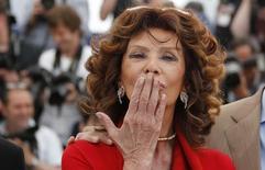 La actriz Sophia Loren, invitada de honor, lanza un beso mientras posa en la alfombra roja en el Festival de Cannes. Imagen de archivo, 21 mayo, 2014. Sophia Loren, el ícono nacional y la eterna diva de Italia, cumple 80 años esta semana y lo celebrará con el lanzamiento de unas memorias en las que revela detalles sobre su difícil vida en tiempos de la postguerra hasta que ascendió al estrellato. REUTERS/Regis Duvignau