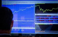 Трейдер на фондовой бирже в Нью-Йорке 18 августа 2014 года. Инвесторы охладели к активам развивающихся рынков, что сказалось и на динамике средств в ориентированные на РФ фонды, которые и без того были не слишком популярны в связи с незатихающим конфликтом в соседней Украине. REUTERS/Brendan McDermid