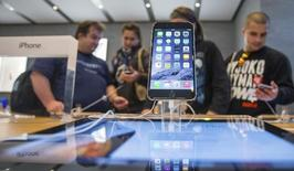 People try out the newly released iPhone 6 at the Apple store in Berlin September 19, 2014. REUTERS/Hannibal