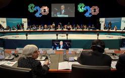 """Mientras el Grupo de las 20 (G20) principales economías se reúnen para cambiar poco menos que el """"destino"""" de la economía mundial, sus miembros permanecen divididos sobre cómo conseguirlo con Alemania retrocediendo ante los llamamientos de Estados Unidos por un mayor estímulo estatal. En la imagen, la presidente de la Fed Janet Yellen (abajo I) mira al ministro del tesoro de Australia Joe Hockey (en la pantalla) en el inicio de la reunión de ministros de Finanzas y bancos centrales del G20 en Cairns, Australia, el 20 de septiembre de 2014.  REUTERS/G20 Australia/Handout via Reuters"""