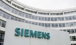 Siemens a annoncé lundi le rachat du fabricant américain de turbines et de compresseurs Dresser-Rand pour 7,6 milliards de dollars (5,9 milliards d'euros). Dresser-Rand, que le géant industriel convoitait de longue date, va lui permettre de développer son activité sur les marchés américains en plein essor du gaz de schiste. /Photo d'archives/REUTERS/Lukas Barth