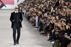 German designer Karl Lagerfeld appears at the end of his Spring/Summer 2014 women's ready-to-wear fashion show for French fashion house Chanel during Paris fashion week October 1, 2013. REUTERS/Benoit Tessier