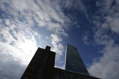 La torre del Banco Central Europeo en Frankfurt. Imagen de archivo, 11 septiembre, 2014. La actividad empresarial de la zona euro se expandió en septiembre a un ritmo levemente inferior que el previsto luego de que las firmas recortaron sus precios por trigésimo mes consecutivo, según reveló un sondeo el martes.  REUTERS/Ralph Orlowski