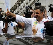 Candidato do PSDB à Presidência, Aécio Neves, durante evento de campanha em Santos (SP).  3/09/2014.  REUTERS/Paulo Whitaker