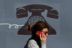 La Commission européenne est près de déplafonner les tarifs que les grands opérateurs de télécommunications appliquent à leurs homologues de taille inférieure pour qu'ils puissent accéder à leurs réseaux, selon une source proche de l'exécutif européen. /Photo d'archives/REUTERS/Stefan Wermuth