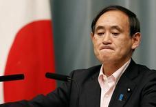 Cекретарь кабинета министров Японии Ёсихидэ Суга на пресс-конференции в Токио 29 мая 2014 года. Япония ввела в среду дополнительные санкции против России, стремясь согласовать свои действия с шагами, предпринятыми другими нациями, в том числе, ключевым союзником Токио - США. REUTERS/Yuya Shino