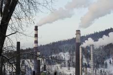 Дым поднимается из труб завода в Златоусте 14 мая 2009 года. Экономику России ожидает стагнация, поскольку рост в 2014-2016 годах не превысит 0,5 процента, сообщил Всемирный банк в среду. REUTERS/Thomas Peter
