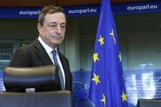 El presidente del Banco Central Europeo, Mario Draghi, llega a una reunión del Parlamento Europeo en Bruselas. Imagen de archivo, 22 septiembre, 2014.  El BCE mantendrá una política monetaria laxa por el tiempo que tome llevar la inflación extraordinariamente baja de la zona euro hacia el objetivo de una tasa cercana al 2 por ciento, dijo el miércoles su presidente, Mario Draghi. REUTERS/Yves Herman