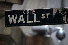 Una señalética de Wall Street bajo la lluvia afuera de la Bolsa de Nueva York. Imagen de archivo, 09 junio, 2014. Las acciones en Estados Unidos cotizaban al alza en los primeros negocios del miércoles, luego de una racha de tres sesiones de pérdidas, y mientras los inversores esperaban datos sobre las ventas de viviendas nuevas en el país en agosto. REUTERS/Carlo Allegri