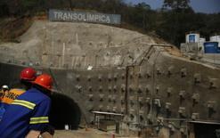 Trabalhadores olham túnel na Transolímpica em construção no Rio. A Transolímpica será um corredor expresso para ônibus que ligará o Recreio ao Complexo de Deodoro. REUTERS/Pilar Olivares