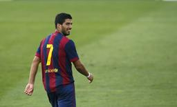Luis Suárez sorri durante amistoso do Barça B.  REUTERS/Albert Gea (SPAIN - Tags: SPORT SOCCER)