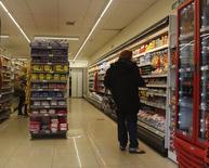 Una mujer realizando unas compras en un supermercado de Buenos Aires, jul 31 2014. La economía de Argentina creció un 0,9 por ciento en el segundo trimestre del 2014 frente a los primeros tres meses del año y dejó atrás dos períodos consecutivos de contracción, informó el miércoles el instituto oficial de estadística. REUTERS/Enrique Marcarian