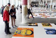 Jornalistas observam instalação do artista chinês Ai Weiwei na antiga prisão de Alcatraz, em São Francisco, na Califórnia.  24/09/2014.  REUTERS/Beck Diefenbach