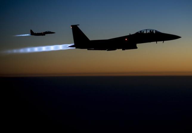 9月24日、イスラム国掃討のためシリアでの空爆に踏み切ったことで、米国は「終わりなき戦争」に踏み出した。写真は米国の戦闘爆撃機。イラク北部上空で23日撮影。米空軍提供(2014年 ロイター)