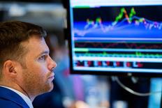 Трейдер на фондовой бирже в Нью-Йорке 28 июля 2014 года. Ориентированные на РФ фонды увеличили активы за неделю на фоне затишья на украинском фронте, тогда как с развивающихся рынков в целом инвесторы продолжают выводить средства. REUTERS/Lucas Jackson