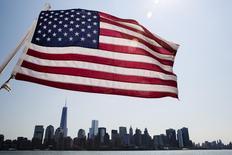 Una bandera de EE.UU se ve sobre los rascacielos de Manhattan en nueva York. Imagen de archivo, 11 julio, 2014.  La economía de Estados Unidos creció en el segundo trimestre a su ritmo más fuerte en dos años y medio, en una señal positiva para el resto del año. REUTERS/Lucas Jackson