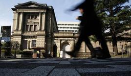 Personas caminan frente al edificio del Banco de Japón en Tokio. Imagen de archivo, 31 octubre, 2013. La inflación subyacente anual al consumidor de Japón se desaceleró en agosto, en otra señal de que el banco central podría verse obligado a tomar medidas adicionales de alivio para cumplir con su meta de aumento de precios del 2 por ciento para el próximo año fiscal.  REUTERS/Yuya Shino