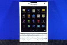 Смартфон  BlackBerry Passport на презентации в Торонто 24 сентября 2014 года. Квартальный убыток BlackBerry Ltd оказался значительно меньше ожиданий аналитиков, а компания сообщила, что сейчас сфокусирована на росте и инвестициях, чем поддержала цену своих акций. REUTERS/Aaron Harris