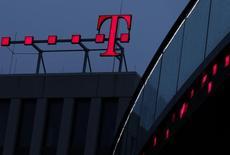 Deutsche Telekom prépare les esprits à la possibilité qu'il reste plus longtemps que prévu aux Etats-Unis, doutant de la capacité d'Iliad, maison mère de Free, à mettre sur pied une nouvelle offre suffisamment attrayante pour sa filiale T-Mobile US, selon plusieurs sources au fait du dossier. /Photo d'archives/REUTERS/Ina Fassbender