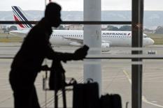 """Le trafic à Air France reviendra """"progressivement"""" à la normale à partir du mardi 30 septembre, a déclaré la compagnie à la suite de levée du mouvement de grève des pilotes, qui a duré 14 jours. /Photo prise le 24 septembre 2014/REUTERS/Jean-Paul Pélissier"""