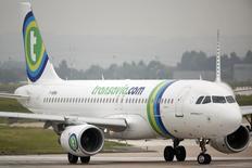 Les compagnies aériennes historiques Lufthansa et Air France (groupe Air France-KLM) savent que la rentabilité réside dans les vols à bas coûts - Ryanair a encore relevé ses objectifs financiers - mais les puissants syndicats de pilotes freinent leur développement sur ce marché.  /Photo prise le 5 août 2014/REUTERS/Charles Platiau