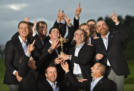 Team Europe golfers pose for a group photograph with the Ryder Cup after the closing ceremony of the 40th Ryder Cup at Gleneagles in Scotland September 28, 2014.REUTERS-Toby Melville