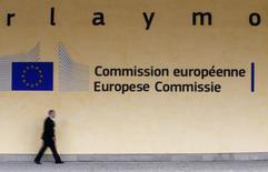 Un hombre camina frente a la sede de la Comisión Europea en Bruselas. Imagen de arhcivo, 10 septiembre, 2014. La confianza económica de la zona euro se deterioró en septiembre a niveles no vistos desde finales del 2013, mientras que las expectativas de inflación en los hogares y productores continuó cediendo. REUTERS/Yves Herman