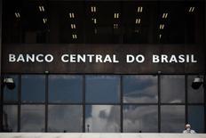 Un hombre pasa fuera de la oficina del Banco Central de Brasil en Brasilia . Imagen de archivo, 15 enero, 2014.  El Banco Central de Brasil recortó su proyección de crecimiento económico para el 2014 y dijo que esperaba que la inflación se contenga pero que seguiría alta en los próximos dos años, lo que apunta a que las tasas de interés se podrían mantener estables por cierto tiempo. REUTERS/Ueslei Marcelino