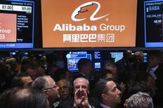 Un grupo de operadores junto al puesto de Alibaba en la bolsa de Wall Street en Nueva York, sep 19 2014. El brazo financiero de Alibaba Group Holding recibió el permiso del Gobierno chino para crear un banco privado, según informó el lunes el regulador bancario local, en el último paso de la ofensiva de la compañía de comercio electrónico para entrar en el sector de servicios financieros.  REUTERS/Lucas Jackson