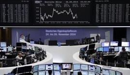 Operadores en sus puestos de trabajo en la Bolsa Alemana de Comercio en Fráncfort, sep 26 2014. Las acciones europeas cerraron en baja el lunes aunque recortaron pérdidas sobre el cierre de la sesión, arrastradas por los títulos de compañías con exposición a Hong Kong ante los disturbios sociales en esa ciudad asiática, como HSBC y LVMH.     REUTERS/Remote/Pawel Kopczynski