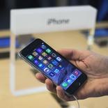 L'iPhone 6 d'Apple pourra être commercialisé en Chine. Le dernier-né de la marque à la pomme pourra être utilisé sur le réseau chinois sans fil. /Photo prise le 19 septembre 2014/REUTERS/Adrees Latif