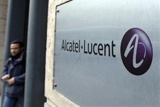 Alcatel-Lucent, qui a annoncé un accord de coopération pour le développement de mobiliers urbains connectés avec JCDecaux, à suivre mardi à la Bourse de Paris. /Photo d'archives/REUTERS/Charles Platiau