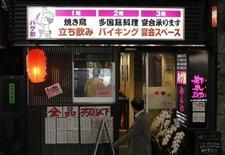 Паб в Токио 8 мая 2014 года. Фабричное производство, потребительские расходы и реальные зарплаты в Японии снизились в августе под давлением повышенного налога с продаж. REUTERS/Toru Hanai
