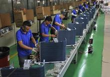 Trabalhadores em linha de produção de fábrica de Manaus. 24/06/2014 REUTERS/Jianan Yu