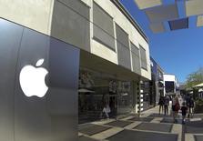La Commission européenne demande à l'Irlande des explications sur les accords fiscaux conclus avec Apple en 1990 et 2007, et souligne qu'ils pourraient être assimilés à des aides d'Etat illégales censées être remboursées par le groupe américain. /Photo prise le 10 septembre 2014/REUTERS/Mike Blake
