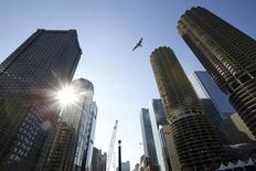 Imagen de un ave volando entre edificios en la ciudad de Chicago. Imagen de archivo, 16 septiembre, 2014. El ritmo de crecimiento de la actividad de negocios en el centro de Estados Unidos se moderó ligeramente en septiembre, de acuerdo con un sondeo del martes.  REUTERS/Jim Young