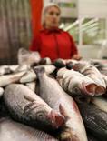 Рыба в магазине Ашан в Москве 18 августа 2014 года. Крупный дистрибутор рыбы и морепродуктов группа Русское море, также занимающаяся аквакультурой, по итогам первого полугодия 2014 года получила чистый убыток 432 миллиона рублей против небольшой прибыли годом ранее из-за переоценки биоактивов. REUTERS/Maxim Zmeyev