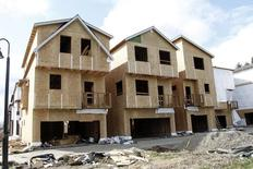 Unas viviendas en construcción en Portland, EEUU, mar 20 2014. La confianza del consumidor estadounidense cayó en septiembre por primera vez en cinco meses y los precios de las casas en julio subieron menos de lo esperado frente al año previo, resaltando el carácter desigual del crecimiento de la mayor economía del mundo.   REUTERS/Steve Dipaola