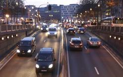 """Conduire un peu trop vite, ne pas boucler sa ceinture ou se garer en dehors des endroits autorisés ne devraient pas causer de problème aux automobilistes belges pendant une semaine en raison d'une """"grève des amendes"""" mise en oeuvre par les policiers à partir de ce mardi. /Photo d'archives/REUTERS/François Lenoir"""