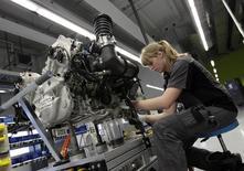 Operária trabalha em uma linha de montagem de carros da marca Porsche, em Stuttgart-Zuffenhausen, na Alemanha. 2/07/2013.   REUTERS/Michaela Rehle