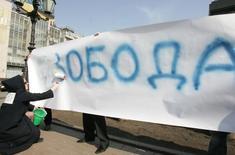 Участники акции протеста против цензуры в Москве 5 апреля 2006 года. Президент России Владимир Путин потребовал защитить российские сети связи от возросшей активности хакеров, которую он связал с обострением ситуации в мире, но пообещал не ограничивать доступ в интернет и гарантировать свободу обмена информацией. REUTERS/Alexander Natruskin