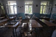 Класс в донецкой школе после обстрела 1 октября 2014 года. Не менее 10 человек погибли в Донецке в среду в результате разрыва снарядов у школы и в автобусе в трех километрах от аэропорта, где уже несколько дней идут ожесточенные бои с применением тяжелой артиллерии между ополченцами и правительственными войсками. REUTERS/Shamil Zhumatov