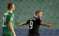 Benzema comemora gol do Real Madrid sobre o Ludogorets.   REUTERS/Stoyan Nenov
