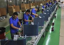 Empleados trabajan en una línea de producción en una fábrica en Manaus. Imagen de archivo, 24 junio, 2014. La producción industrial de Brasil creció un 0,7 por ciento en agosto frente a julio, reportó el jueves el estatal Instituto Brasileño de Geografía y Estadística (IBGE). REUTERS/Jianan Yu