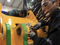 Operário trabalha na linha de montagem da marca de escavadoras britânica J.C. Bamford, em Sorocaba, São Paulo.  27/09/2012. REUTERS/Paulo Whitaker